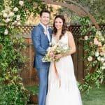 Acogedora boda en el patio trasero con pastel Dahlias y cócteles artesanales ⋆ Ruffled[