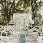 Esta pared de flores de clavel blanco fue una sorpresa épica para el ⋆ novio con volantes