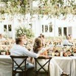 Una boda extravagante en el patio trasero con las vibraciones del padre de la novia
