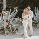 Las novias con cabello rizado son libres de volverse naturales en esta inspiración para una boda en la playa