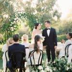 Inspiración para bodas en el jardín francés con toques de perlas y toile