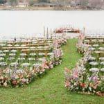 Un sinuoso camino de flores ocupó el centro del escenario en esta boda junto al lago de Texas